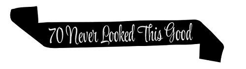 """Banda de Satén Negro Brillante """"70 Never Looked This Good"""" (Los 70 Nunca Lucieron Así de Bien) – Artículos, Ideas y Decoración para Fiestas de Feliz Cumpleaños Número 70 - Cumpleaños Divertido"""