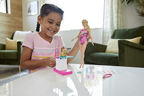 Barbie Muñeca Nada y bucea, trampolín y perrito de juguete, regalo para niñas de 3 a 7 años (Mattel GHK23)